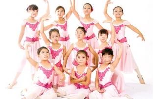 한미무용연합회 단원들이 여름방학 특별 프로그램을 실시한다. 발레 클래스에서연습중인 학생들 모습.